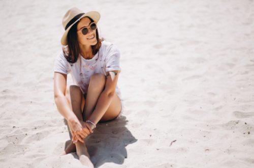 kobieta siedziąca na plaży
